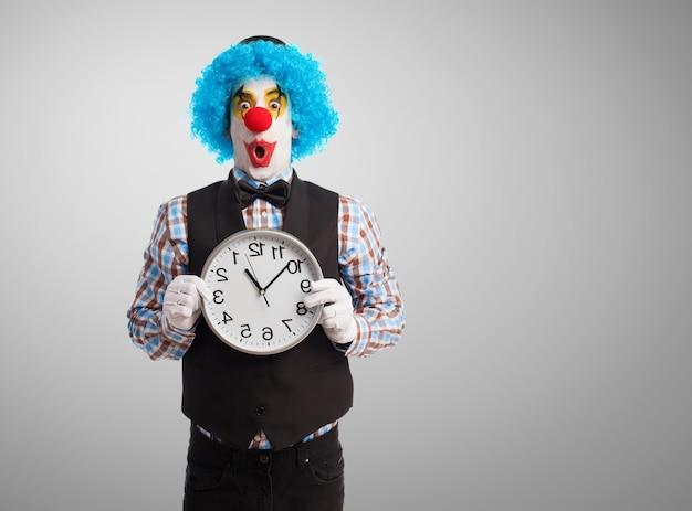 Clown z olbrzymim zegarem