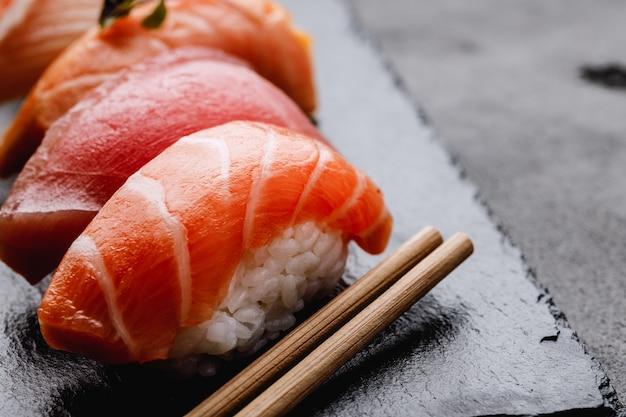 Clsoe się z nigiri sushi na talerzu