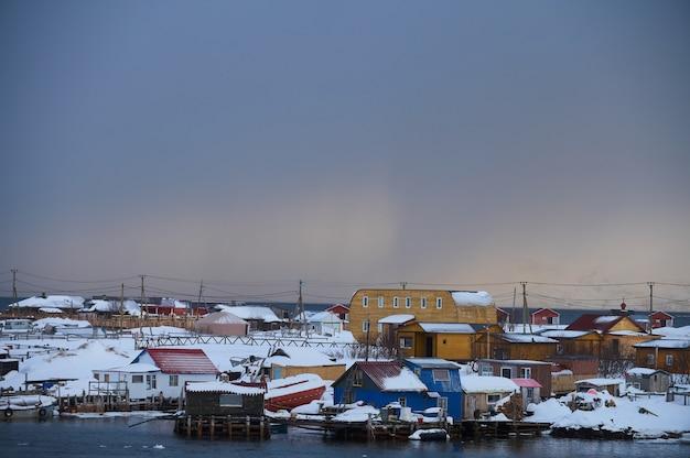 Cmentarz statków zimowy zachód słońca widok w starej wiosce rybackiej nad brzegiem morza