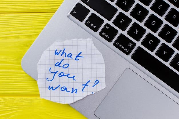 Co chcesz zapytać na laptopie. żółte drewniane tło.