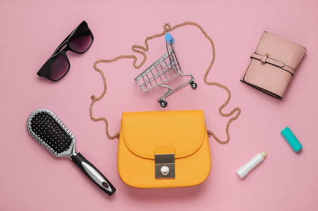 Co jest w torbie akcesoria damskie buty na różowym tle pastelowych pojęcie piękna i mody