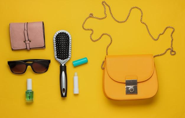 Co jest w torbie akcesoria damskie buty na żółtym tle pojęcie piękna i mody