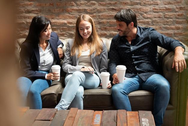 Co pracownicy rozmawiają siedząc na kanapie podczas przerwy