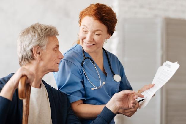 Co przez to rozumiesz. podekscytowana, pełna wdzięku inteligentna lekarka wyjaśniająca szczegóły zabiegu podczas konsultacji i pomagająca pacjentce w rekonwalescencji