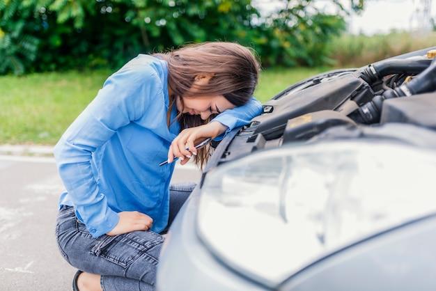 Co teraz. kaukaska kobieta ma problem z samochodem na roadtrip