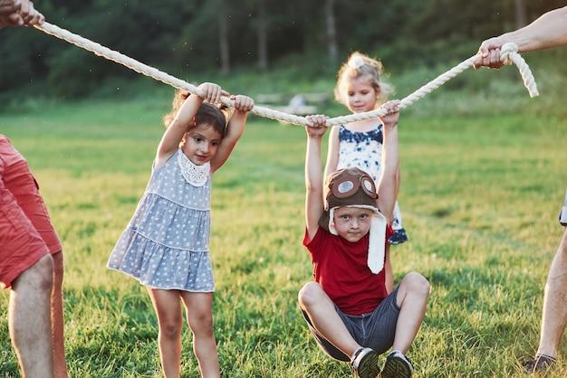 Co za przejażdżka. ciągnięcie za zabawę w linie. wygląda na to, że mamy dobrych rodziców, którzy lubią naturę i działanie