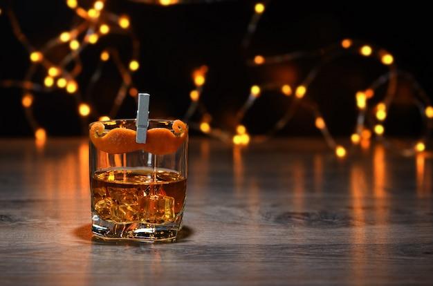 Cocktail sharpie wąsy. wytrawny gin, amaro, wino wzmocnione, pachnąca gorzka, dekorowana skórka pomarańczowa wąsów. świetny pomysł na dzień ojca.