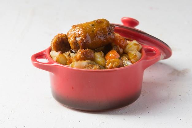 Coddle lub irish coddle tradycyjna kiełbasa ziemniaczana z grilla