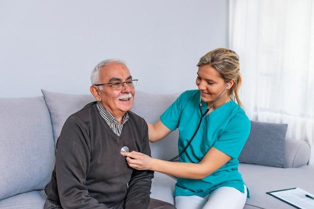 Codzienna rutyna. selekcyjna ostrość na spokojnej lekarce używa jej stetoskop i patrzeć