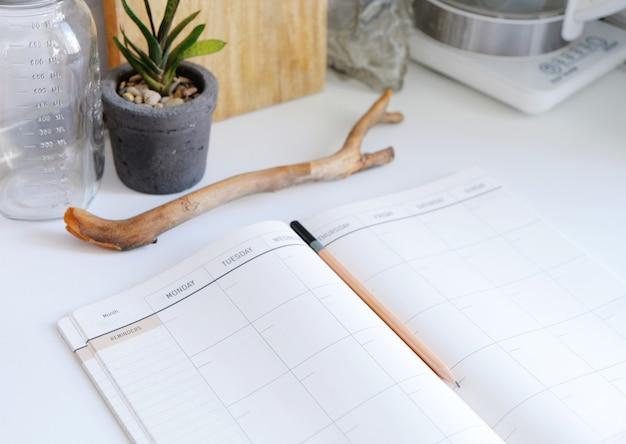 Codzienne pamiętniki. terminarz na miesiąc. notatnik we wnętrzu kuchni.