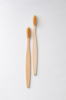 Codzienne waciki do higieny ludzkiej i waciki kosmetyczne ręka kobiety trzymająca bambusowe szczoteczki do zębów