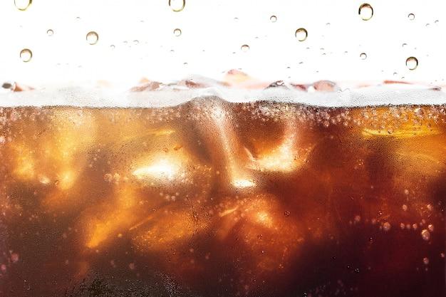 Cola bryzgający tło z sodowanym bąblem.