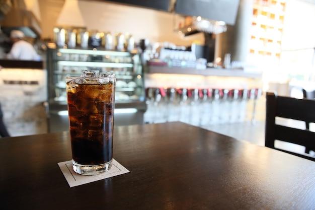 Cola na drewnie z tłem restauracji
