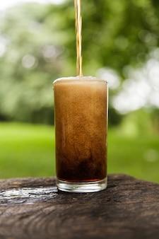 Cola nalewa w szkle