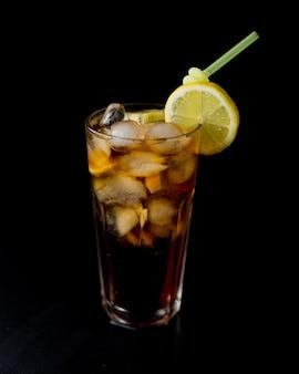 Cola z dużą ilością lodu i plasterka cytryny