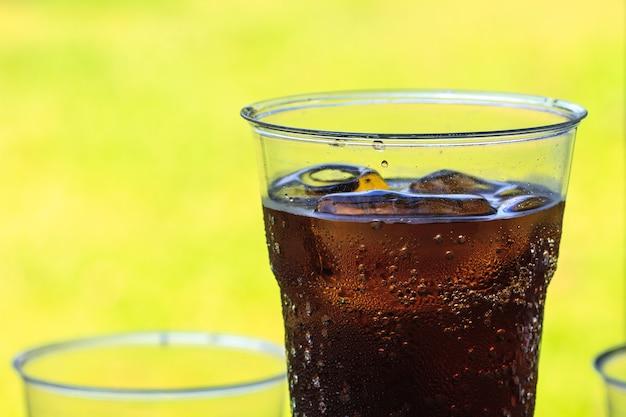 Cola z lodem w filiżance