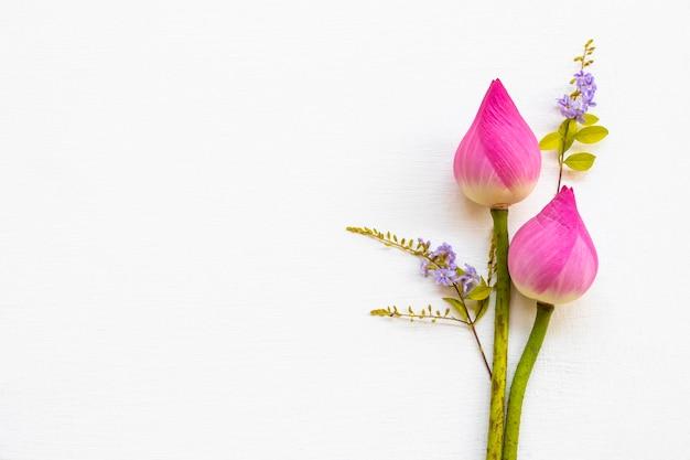 Coloful różowe kwiaty lotosu i małe fioletowe kwiaty