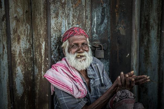 Colombo sri lanka 29 sierpnia 2017 bezdomny błagający o jałmużnę na ulicach colombo