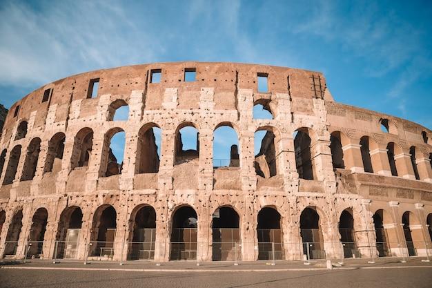 Colosseum błękitne niebo w rzymie, włochy