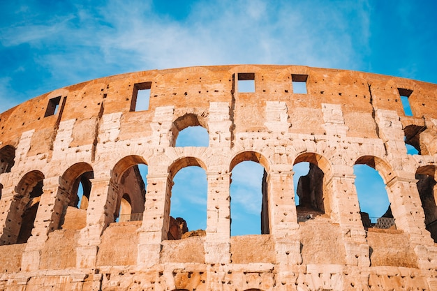 Colosseum lub coliseum błękitne niebo w rzymie