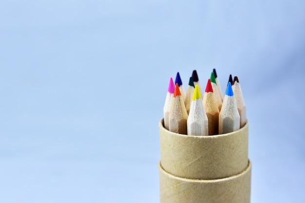Colour ołówek w drewnianym pudełku na bławym tle