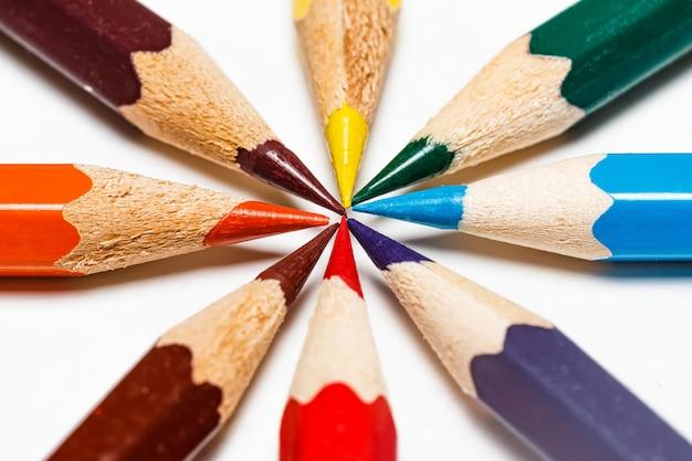Colour ołówki na białym tle