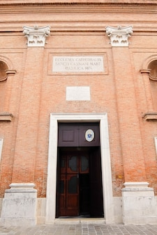 Comacchio Włochy Fasada Kościoła Katolickiego Duomo Di San Cassiano Premium Zdjęcia