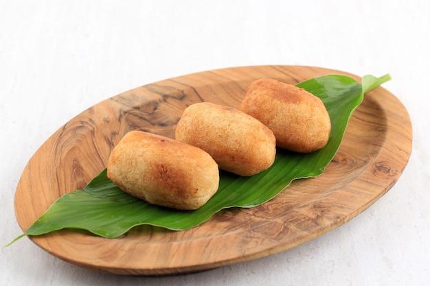 Combro lub misro, tradycyjny sundanese food smażony w głębokim tłuszczu z casava nadziewany cukrem palmowym (amis di jero) lub sfermentowaną fasolą (oncom di jero)