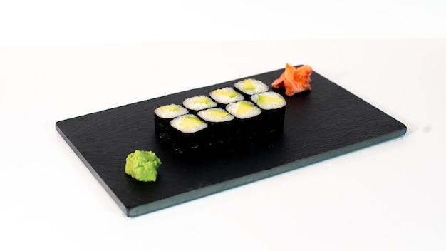 Comida japonesa suhi de maki de aguacate y queso