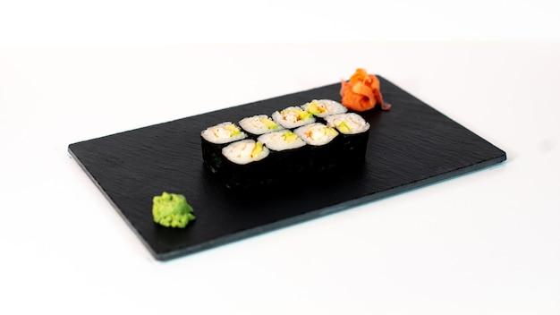 Comida japonesa suhi de maki de cangrejo y aguacate