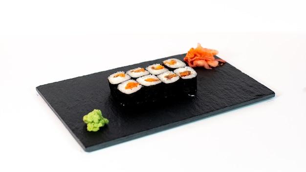 Comida japonesa suhi de maki de salmón ahumado con anguila