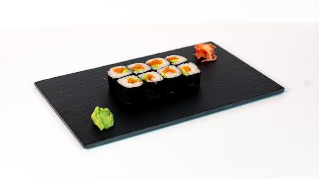 Comida japonesa suhi de maki de salmón y aguacate