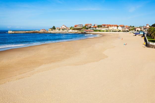 Comillas city beach z lotu ptaka panoramiczny widok, region kantabria w hiszpanii