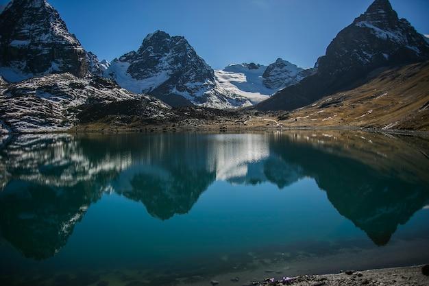 Condoriri szczyt i jezioro w cordillera real andes, boliwia