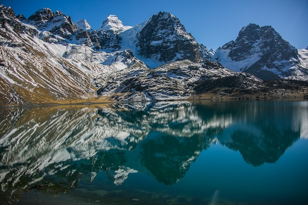 Condoriri szczyt i jezioro w cordillera real, andy, boliwia