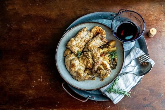 Conejo en salmorejo al estilo canario, pieczony królik w marynacie kanaryjskiej, potrawy hiszpańskie i kanaryjskie