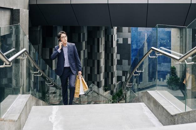 Confident człowiek niosący papierowe torby