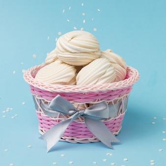 Confit przelewany jest na świeżą bezę w pięknym koszyczku. pyszna słodycz jajek i cukru.