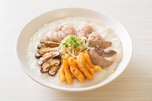 Congee wieprzowe lub owsianka z miską wieprzową