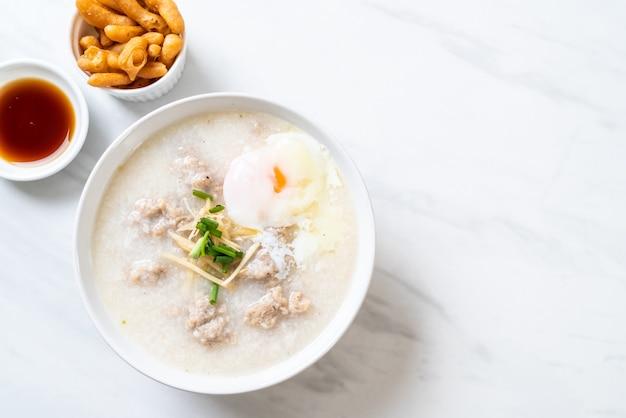 Congee z mieloną wieprzowiną w misce