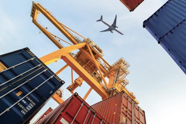 Container cargo towarowy statek z roboczym dźwigu załadunku mostu w stoczni dla logistic