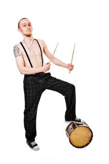 Cool perkusista na białym
