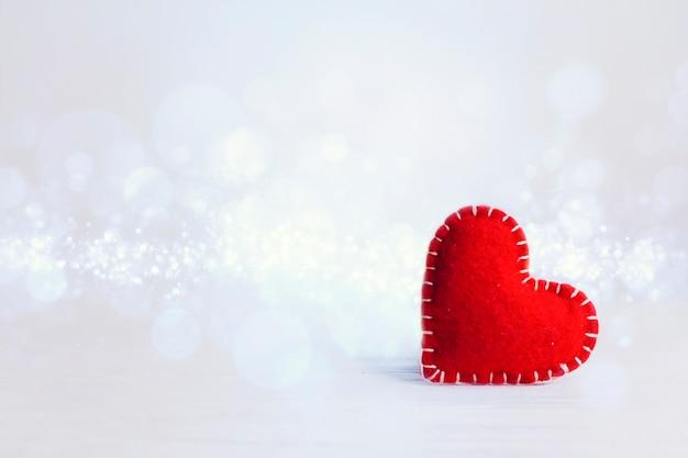 Copy-space czerwone serce na walentynki