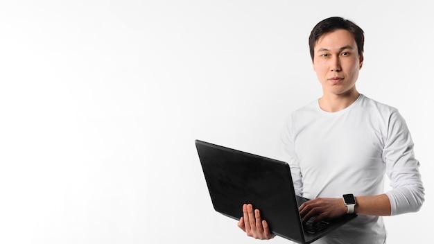 Copy-space człowiek z laptopem