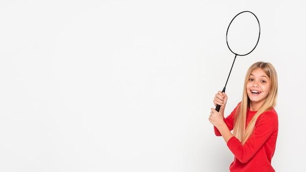 Copy-space dziewczyna bawi sie z rakieta tenisowa