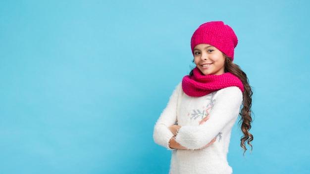 Copy-space dziewczyna ma na sobie ubrania zimowe