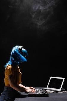 Copy-space kobieta dj mieszanie w klubie
