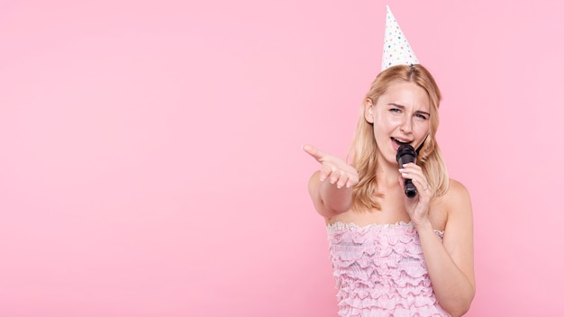 Copy-space kobieta na imprezowym śpiewie