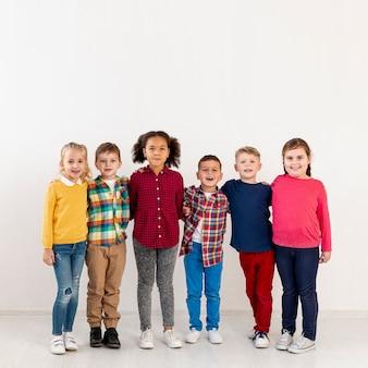 Copy-space małe dzieci w dniu książki