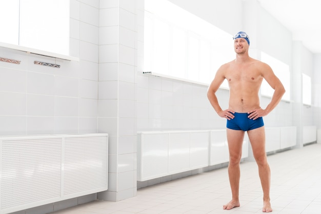 Copy-space młody człowiek w stojącej basenie